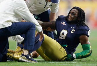 ct-notre-dame-linebacker-jaylon-smith-walking-20160224